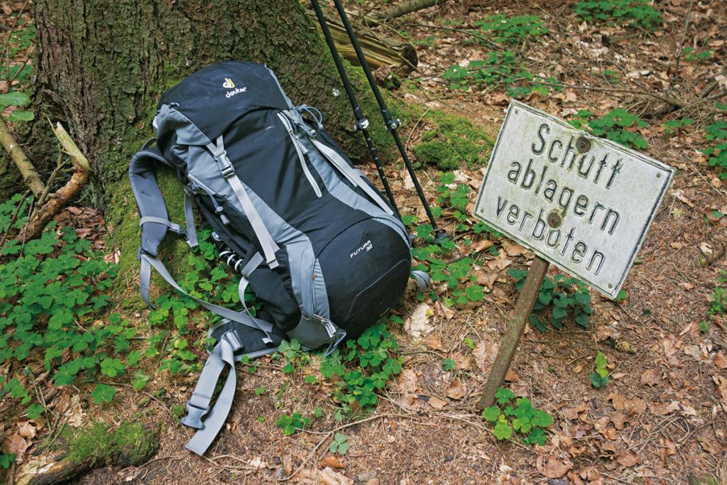 Der richtige Rucksack für die Wandertour hat ein geringes Gewicht und ein kleines Volumen, liegt nah am Rücken an und besitzt ein rückenfreundliches Tragesystem.